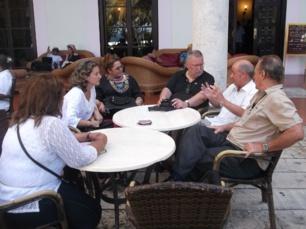 Tertulia en la terraza jardín del Hotel Nacional de la Habana (Cuba) durante el descanso en alguna de las sesiones de un Ciclo Avanzado de Seminarios en Comunicación Estratégica que impartimos conjuntamente al alimón. Nos acompañan en la imagen la Doctora Magda Rivero, el profesor Orlando Gutiérrez y dos profesionales de las Relaciones Públicas y la Comunicación de Cuba y México, respectivamente.