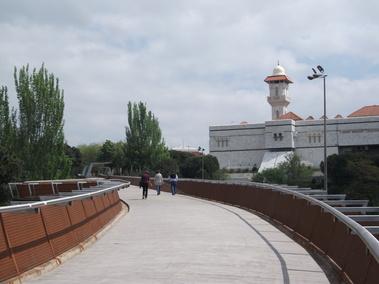 """PASARELA DE LA M-30: de la mezquita al """"cole de curas""""."""