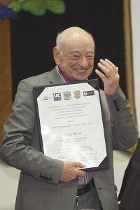 Edgar Morin recibe en México el premio internacional Eulalio Ferrer 2012 por sus contribuciones a la Humanidad.