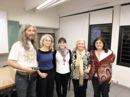Iriarte (al centro) junto a su directora de tesis y los miembros del tribunal.