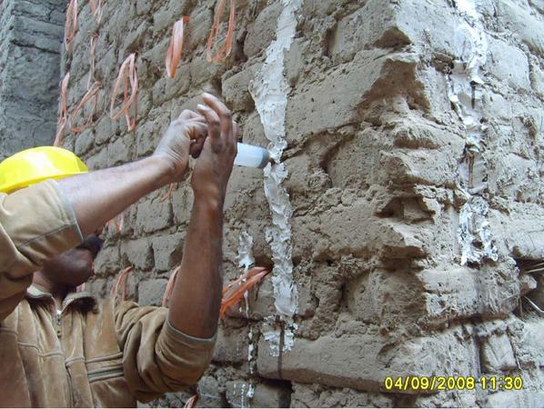 Reparación por inyección de grout de suelo tamizado diluido en agua, con sello de yeso. (PUCP)