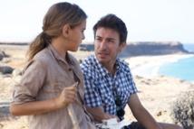 Manuel Menchón, director de 'La isla del viento', junto a la actriz Suamira Gil, que interpreta al personaje de Cala niña.