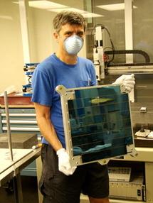 John Tonry  muestra el conjunto de chips. Foto: MIT