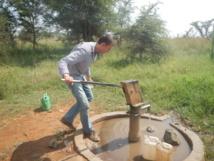 Scott Jasechko recoge muestras de agua en un pozo de Uganda. Foto: Merhawi GebreEgziabher, Calgiary University.