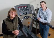 Charles Hillman y su colaboradora, Darla Castelli, junto a la cinta que usaron para realizar la investigación. Fuente: Universidad de Illinois.