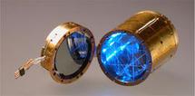 Cristal centelleador de BGO (dcha, en azul) y disco de germanio (izqda) utilizado para la detección de la luz emitida por el cristal. Imagen: IAS / SINC.
