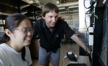 Michael Wehr, autor de la investigación, con Xiang Gao. Fuente: Universidad de Oregón.