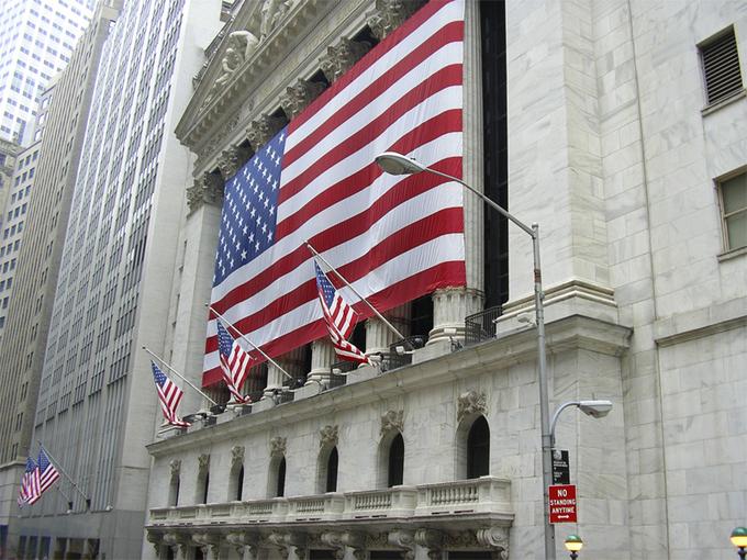 La bolsa de Valores de Nueva York cubierta con la bandera de EE.UU. Foto: BlackRockr. Stock.xchng
