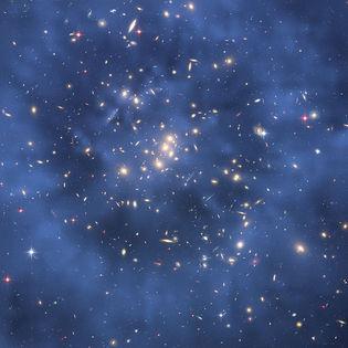 Imagen compuesta del cúmulo de galaxias CL0024+17 tomada por el telescopio espacial Hubble muestra la creación de un efecto de lente gravitacional producto, en gran parte, de la interacción gravitatoria con la materia oscura. Wikipedia.