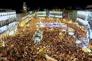La Puerta del Sol de Madrid, noche del 20 de mayo. Fuente: Wikimedia Commons.