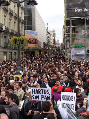 El 19 de mayo la concentración en Madrid rebasaba ya la Puerta del Sol y se extendía por calles aledañas. Fuente: Wikimedia Commons.