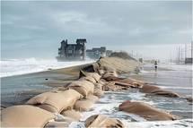 """El nivel del mar alcanza ya la casa que aparece en la película """"Noches de tormenta"""", rodada en Carolina Beach, Carolina del Norte, al mismo tiempo que se llevaba a cabo la presente investigación. Foto: Andrew Kemp. Fuente: Universidad de Yale."""