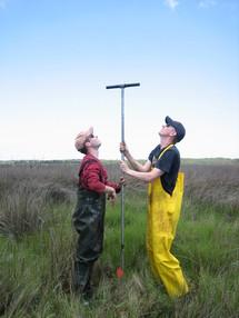 Andrew Kemp (de rojo) y uno de sus colaboradores, Simon Engelhart, recogiendo sedimentos. Fuente: Universidad de Yale.