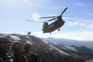 Helicópteros Chinook del Ejército de Estados Unidos vuelan hacia la Base Aérea de Bagram, en la provincia de Parwān. Fuente: Wikimedia Commons.
