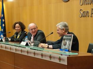 Eduardo Olier (dcha.) junto a Carlos Romero, presidente del CEU, y Ana Palacio, ex ministra Asuntos Exteriores, en la presentación del libro en Madrid.