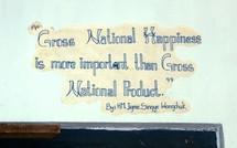 """""""La Felicidad nacional bruta es más importante que el Producto nacional bruto"""", reza este eslogan de la Escuela de Artes y Oficios de Thimphu, en Bután. Fuente: Wikimedia Commons."""