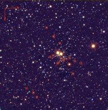 Imagen del cúmulo estelar masivo Masgomas-1 (en falso color). Con círculos rojos se han marcado las estrellas masivas clasificadas por los astrofísicos.// LIRIS/Telescopio William Herschel. IAC.