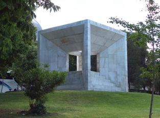 Monumento a la Constitución de 1978 de Madrid, ubicado en la Plaza San Juan de la Cruz, entre las calles de Vitrubio y Paseo de la Castellana, en Madrid. Fuente: Wikimedia Commons.
