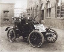 Vehículo eléctrico empleado en 1910 que utilizaba la batería de níquel-hierro creada por Edison. Fuente: National Park Service.