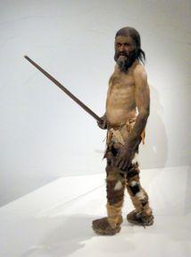 Ötzi. Momia natural más antigua de hombre europeo de la Edad de Cobre. Fuente: Wikimedia Commons.