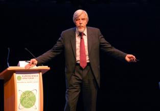 Rolf-Dieter Heuer durante su conferencia en ESOF 2012 en Dublín. Imagen: SINC