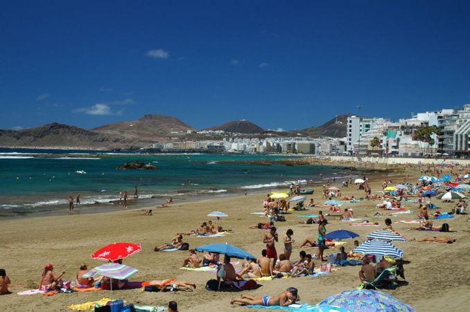 La vulnerabilidad de Canarias es de por sí elevada debido a la fragilidad que supone su naturaleza insular. En la fotografía, playa de las Canteras, en Las Palmas de Gran Canaria. Imagen: Pepelopex.
