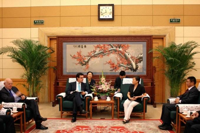 Reunión entre el ministro de Industria, Energía y Turismo, José Manuel Soria, y la vicepresidenta de la Administración Nacional China de Turismo (CNTA, según sus siglas en inglés), Du Liyu.  Foto: Gobierno de España.
