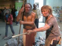 Reconstrucción de una mujer y un hombre de Neandertal del Neanderthal Museum de Alemania. Fuente: Wikimedia Commons.