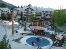 La Plaza Olímpica de Whistler y su nueva infraestructura, que ha incrementado su atractivo. Imagen: Canal de Resort Municipality de Whistler. Fuente: Flickr.