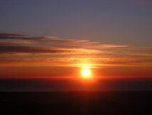 El asombro que nos producen imágenes como la del amanecer hace que percibamos una dilatación en el tiempo, según una de las investigaciones. Fuente: Wikimedia Commons.