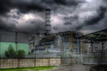 """Estructura de hormigón denominada """"sarcófago"""", diseñada para contener el material radiactivo del núcleo del reactor de la planta nuclear de Chernóbil, hoy día convertida en un centro turístico. Fuente: Wikimedia Commons."""