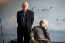 Peter Higgs posaba ayer para los medios en el CosmoCaixa de Barcelona. Imagen: SINC