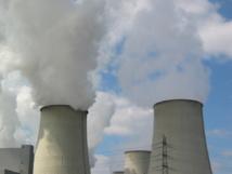 Chimeneas de una planta de energía emitiendo vapor de agua. El dióxido de carbono es invisible. Imagen: Holger B. Fuente: PhotoXpress.
