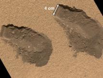 Zanjas realizadas por la pala del Curiosity en Rocknest para obtener muestras del suelo marciano. Fuente: NASA.