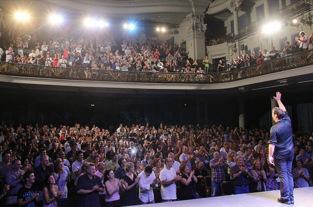 Público en pie tras una representación de YWSID en Barcelona. Fuente: carloslatre.com.