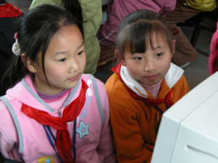 Niñas chinas con ordenadores. Foto: Peter Morgan.