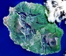 Vista de satélite de la isla Reunión. Fuente: Wikimedia Commons.