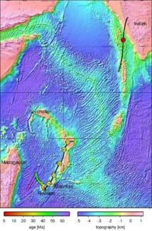 La escala de color a la izquierda -oeste de Reunión- refleja el cálculo del movimiento del punto caliente de esta isla. Las líneas de color negro con círculos amarillos y el círculo rojo indican los cálculos sobre la placa africana y la placa de la India, respectivamente. Los números en los círculos reflejan la antigüedad de los procesos, en millones de años. Las áreas topográficas situadas justo debajo de la superficie del mar son ahora consideradas fragmentos continentales. Fuente: GFZ.