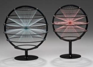 Representación artística de dos objetos, con espín 5/2 (izquierda) y 2 (derecha). Imagen: Julian Voss-Andreae. Fuente: Wikipedia.