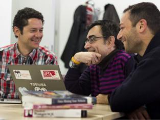 En la foto, de izquierda a derecha, los investigadores de la Universidad de Granada Pedro Ángel Castillo Valdivieso, Juan Julián Merelo Guervós y Antonio Miguel Mora García. Fuente: UGRDIVULGA.