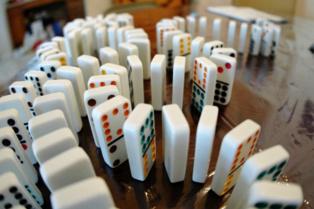 El movimiento de las fichas del dominó está dominado por las leyes físicas. ¿También la libertad? Foto: Enoch Lai.