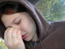Una persona rascándose la nariz. Imagen: IronicIvy. Fuente: Flickr.