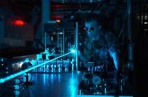 Fotones emitidos en un rayo coherente por un láser.  Imagen: US Air Force. Fuente: Wikimedia Commons.