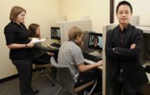 Jason Chan (derecha) y Jessica LaPaglia (izquierda) utilizan vídeos para probar en laboratorio los procesos de rememoración. Imagen: Bob Elbert. Fuente: Iowa State University.