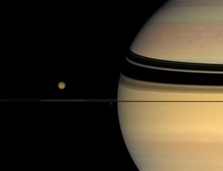 Titán, junto a Saturno. Fuente: CSIC.