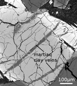 Imagen de microscopio electrónico que muestra las vetas de arcilla presentes en el meteorito marciano analizado, y que contienen boro.  Fuente: UH.