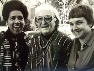 Rich (dcha.), con las escritoras Audre Lorde (izq.) y Meridel Le Sueur (centro) en Austin, Texas, 1980. Imagen:  K. Kendall. Fuente: Wikimedia Commons.