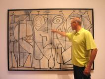 """Jerzy Lewandowski, en 2010, junto a """"La Cocina"""", cuadro de Picasso de 1948 expuesto en el Museo de Arte Moderno de Manhattan. Las líneas de este cuadro serían similares a los gráficos sobre la evolución de los estados cuánticos del campo gravitacional, en el modelo de la LQG, según la FUW. Imagen: Elżbieta Perlińska-Lewandowska Fuente: FUW."""