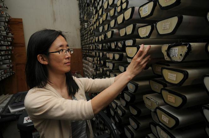 Phoebe Lam junto al repositorio de núcleos de sedimentos del WHOI. Fuente: WHOI.