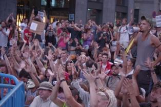 Manifestación espontánea del 15-M delante del Congreso de los Diputados el 25 de julio de 2011. Foto: Nemo.